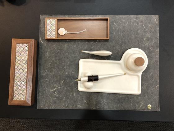 리빙룸 테이블 위에 디자인 사무용품들이 놓여 있다. 자개 장식을 더한 수납함과 책갈피, 도자로 만든 만년필 세트. 백수진 기자
