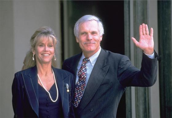 영화배우 제인 폰다와도 결혼했던 테드 터너(오른쪽)는 CNN 방송을 설립하고 AOL 타임워너라는 미디어 제국을 만든 불세출의 경영자였다. 그는 CNN 설립 초기 '무엇이든 해라! 이끌든지, 따르든지, 아니면 여기서 나가라!'는 독설로 직원들을 독려했다.