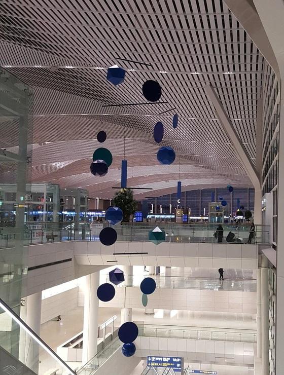 """프랑스 작가 자비에 베이앙의 '그레이트 모빌'. 베이앙은 """"공항은 다른 시간과 공간을 이어주는 연결의 장소""""라며 """"인천공항을 통해 떠나고 돌아오는 승객들이 모빌에 담긴 역동성을 각자의 의미로 바라보고 느낄 수 있기를 바란다""""고 말했다. [사진제공 자비에 베이앙, 313아트프로젝트]"""