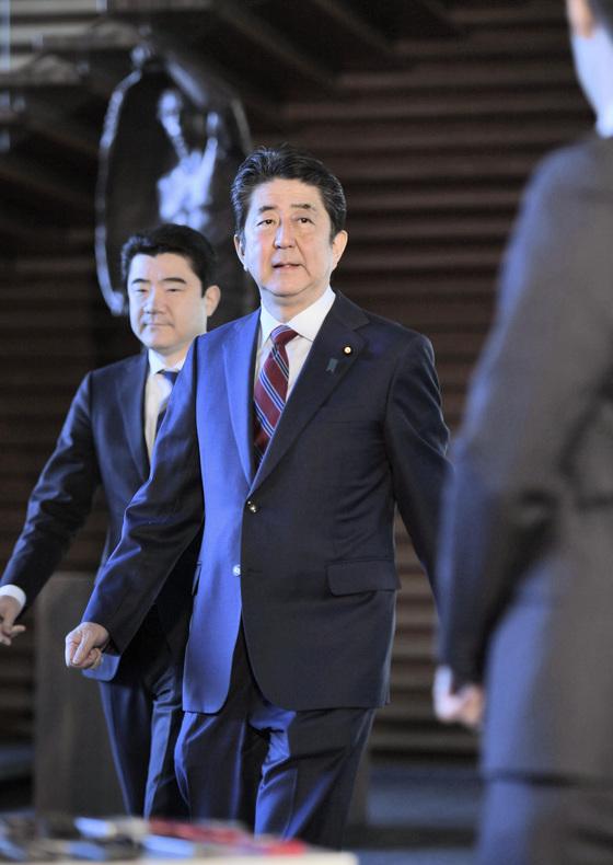 아베 신조(安倍晋三) 일본 총리가 12일 관저에서 기자들의 질문에 답하기 위해 이동하고 있다. [도쿄 교도=연합뉴스]