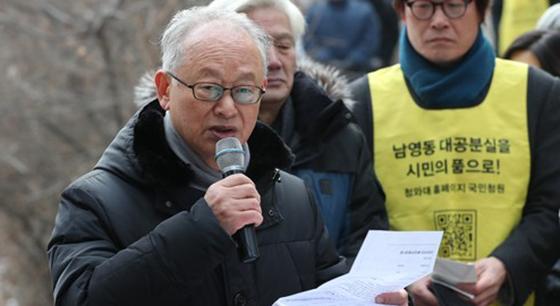 고 박종철 열사의 고문치사 사건의 축소 조작을 폭로한 이부영 전 의원이 14일 남양주 모란공원에서 열린 추모식에서 추도사를 하고 있다.[연합뉴스]