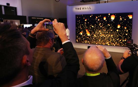 삼성전자가 CES2018에서 세계 최초로 '마이크로 LED 기술'을 적용한 146형 모듈러(Modular) TV인 '더 월(The Wall)'을 공개했다. [연합뉴스]