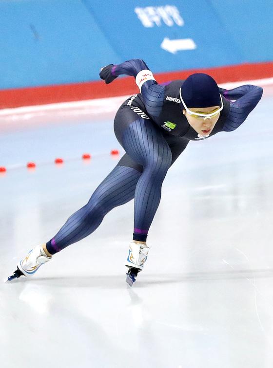 이상화가 평창올림픽 최종 실전 무대인 겨울체전 스피드스케이팅 여자 500m에서 우승했다. 평창에서 이 종목 3회 연속 올림픽 금메달을 노리는 이상화는 빠른 스타트로 승부를 건다는 계획이다. [우상조 기자]