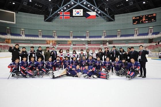13일 나가노에서 열린 2018 일본 국제장애인아이스하키선수권에서 노르웨이를 물리치고 우승컵을 들어올린 대한민국 대표팀. [사진 대한장애인아이스하키협회]