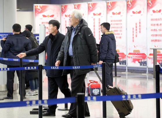 평양으로 출국하는 장웅 북한 IOC 위원 [베이징=연합뉴스]