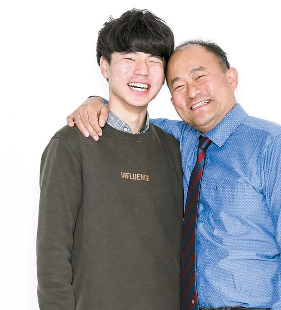 이미종씨(오른쪽)와 아들 이규완씨는 평소 어깨동무나 포옹을 자주 한다. 가족 간 신체 접촉은 정신건 강은 물론 뇌 발달, 심장 건강에 도움이 된다. 김동하 기자
