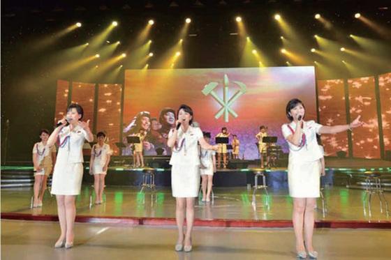 북한판 걸그룹으로 불린 모란봉악단이 공연하는 모습. [중앙포토]