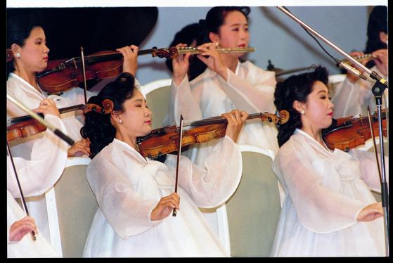지난 2000년 8월 서울을 방문한 북한 관현악단이 우아한 자태로 실내악을 연주하고 있다. [중앙포토]