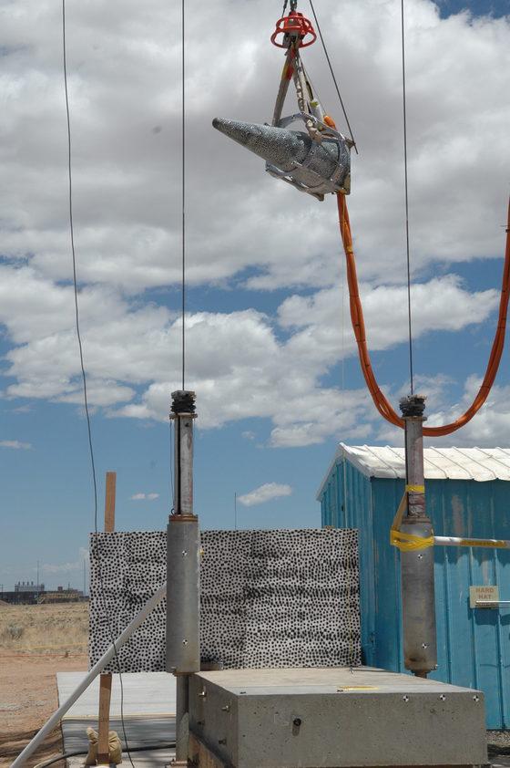 미국 샌디아국립연구소에서 지난 2014년 최신 열원자 핵탄두인 W88 ALT 370을 콘크리트 표면에 떨어뜨리는 강도 실험을 하고 있다. 미국은 2019년부터 이 핵탄두를 생산할 계획이다. [사진 샌디아국립연구소]