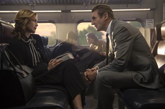 '커뮤터'에서 수수께끼 인물로 나오는 베라 파미가(왼쪽)와 리암 니슨. [사진=STUDIOCANAL S.A.S]