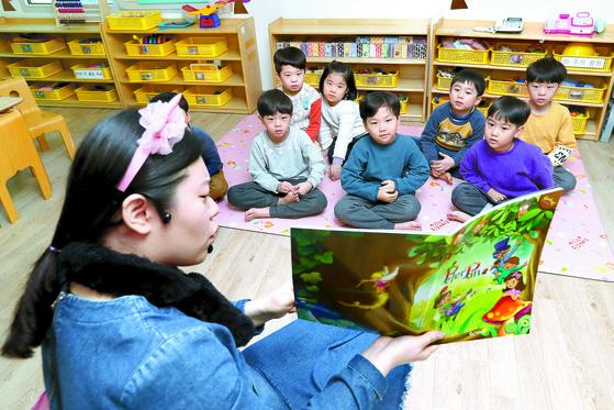 지난 5일 서울 종로구 계동 롯대백화점 직장어린이집에서 영어수업을 하고 있는 모습. [중앙포토]