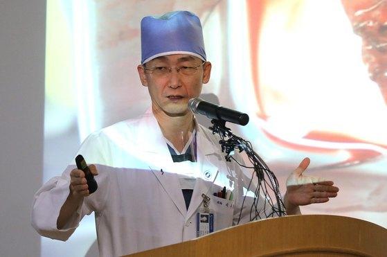 이국종 아주대학교병원 경기남부권역외상센터 센터장이 15일 오후 경기도 수원시 아주대학교병원 내 아주홀에서 판문점 공동경비구역(JSA) 지역으로 귀순하다 북한군의 총격으로 부상을 입고 헬기로 긴급 후송된 북한 병사에 관한 1차 브리핑을 하고 있다. 2017.11.15/뉴스1