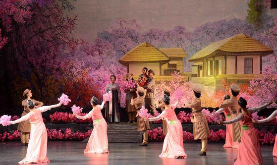 북한이 15일 평창동계올림픽 기간에 '삼지연 관현악단'을 파견키로 함에 따라 이 악단에 관심이 쏠린다. 사진은 2016년 11월 17일 문화회관에서 북한 어머니날을 맞아 공연을 하고 있는 삼지연악단. [연합뉴스]