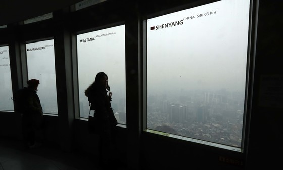 미세먼지 농도가 '나쁨' 수준을 보인 16일 서울타워 전망대. 서울 시내가 온통 먼지로 뒤덥혀 있다. 김상선