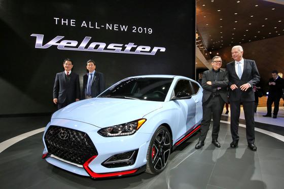 15일(현지시각) 디트로이트 모터쇼에서 '신형 벨로스터' '벨로스터 N'이 최초 공개됐다. 신형 벨로스터는 현대자동차의 올해 첫번째 신차다. [사진 현대자동차]