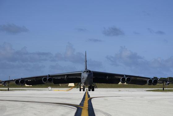 괌 앤더슨 공군기지에 착륙한 B-52H. [사진 미 태평양공군사령부 웹사이트]