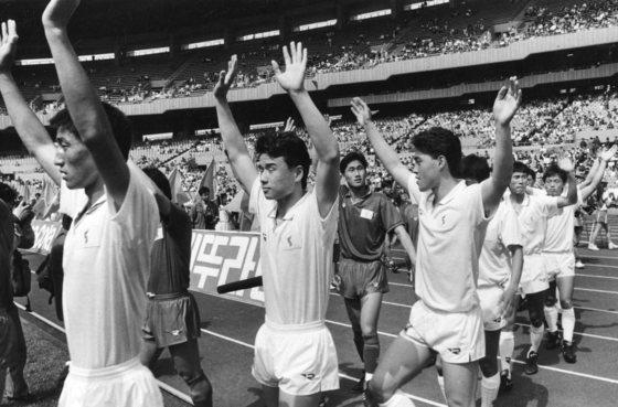 지난 1991년, 제6회 세계청소년축구대회에 나갈 남북단일팀을 뽑는 1차 평가전에서 남북혼성 홍백팀이 입장하고 있다. [중앙포토]