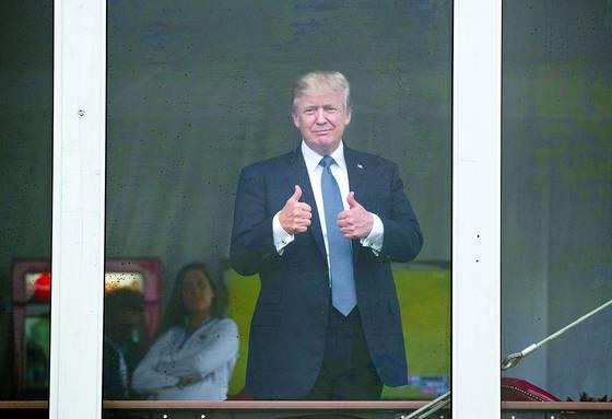 도널드 트럼프 미국 대통령이 지난해 7월 14일 자신의 골프장에서 열린 'U.S. 여자오픈골프선수권 대회'를 지켜보며 엄지를 치켜 세우고 있다. [사진 AP=연합뉴스]