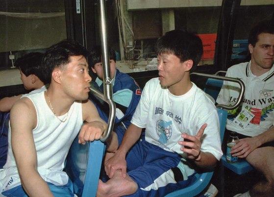 1991년 일본 지바 세계탁구선수권대회에서 남북단일팀 선수로 참가, 우정을 나눴던 유남규(왼쪽)와 북한의 김성희. [중앙포토]