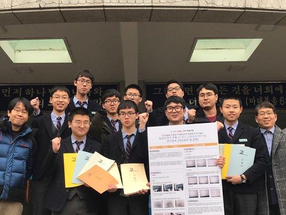 수학교과서 30여 종 모아 편집해 자신만의 교과서 만든 경원고 학생들. [사진 경원고]