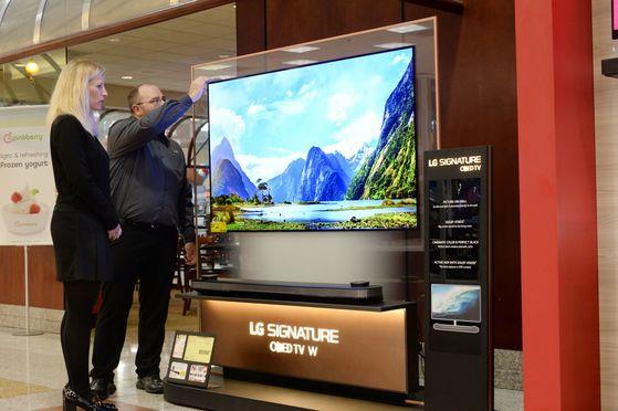 미국 서부지역 최대의 전자제품 전문 유통업체 프라이스 매장에 전시된 OLED TV [LG전자 제공]