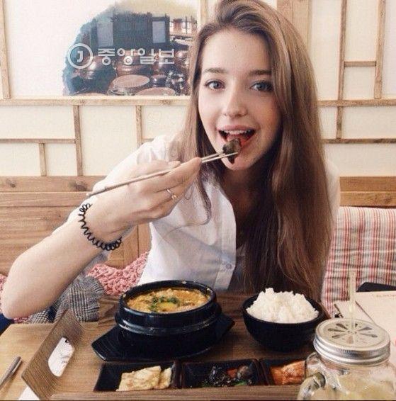 안젤리나 다닐로바는 2014년 러시아 상트페테르부르크국립공대에서 공부하던 시절 한국 식당에 찾아가 비빔밥과 찌개를 맛있게 먹었다. 속칭 '먹방'으로 불리는 사진 하나를 인스타그램에 올렸다. 2014년에 올렸던 이 사진을 2015년 한국의 한 블로거가 우연히 발견했다. '한국 남자랑 결혼하길 원하는 러시아 모델'이란 설명을 붙여 포스트에 올렸다. 다닐로바가 그런 말을 한 적 없지만 SNS와 각종 인터넷 언론은 이를 퍼 날랐고, 팔로워는 급증했다.