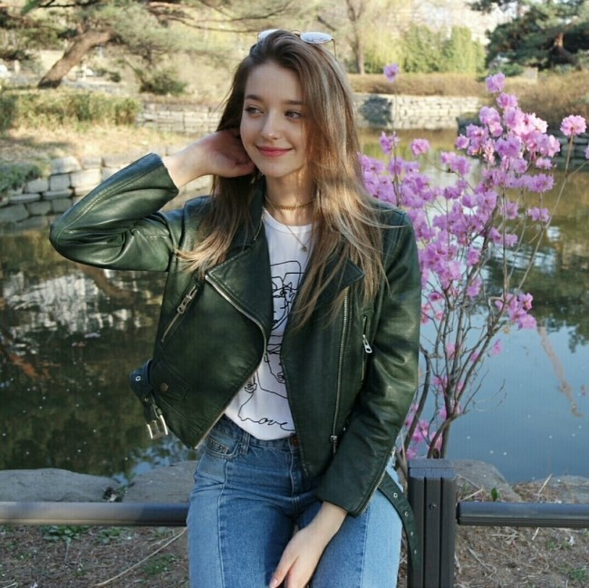 안젤리나 다닐로바는 한국에서 보내는 일상을 사진으로 올리며 인스타그램에서 팔로워 60만명을 거느리며 인기를 누리고 있다.