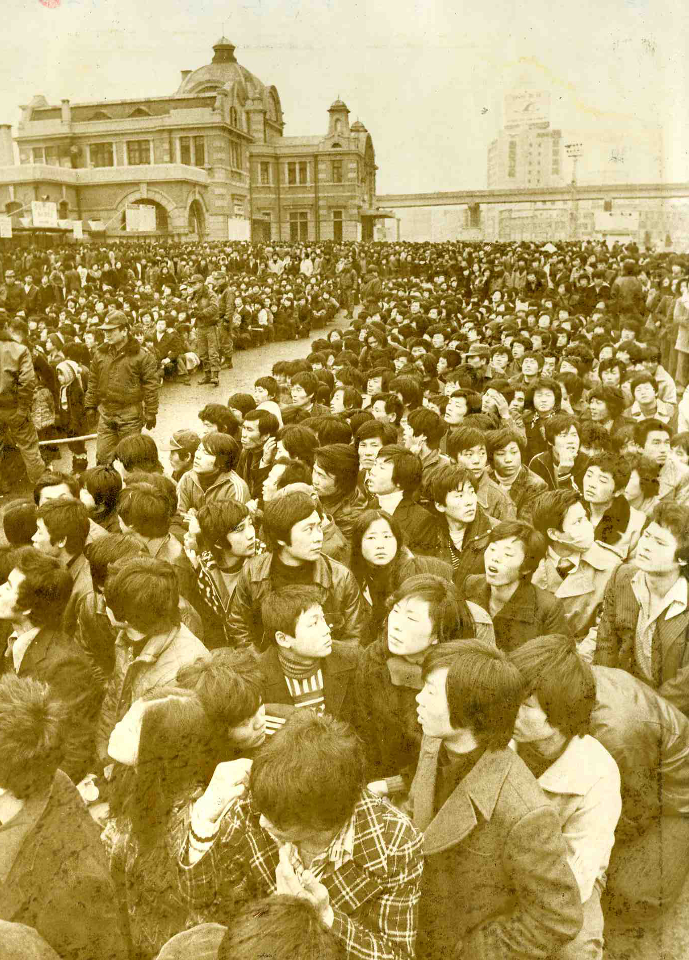 1978년 1월 27일 구정 귀성열차 표예매 첫 날인 27일 서울역 광장을 가득 메운 인파. [연합뉴스]
