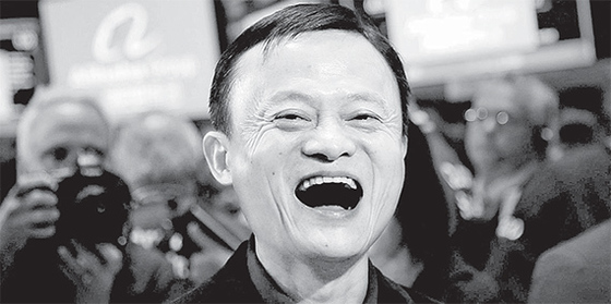 2014년 9월 알리바바의 뉴욕증권거래소 상장 기념식에 참석한 마윈 회장이 활짝 웃고 있다. 당시 알리바바의 기업공개(IPO) 규모는 250억 달러로 사상 최대였다. 현재 알리바바의 주가는 공모가격보다 3배 가량 오른 190달러대를 기록하고 있다. [중앙포토]