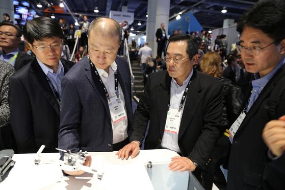 구자열 LS 회장(오른쪽 두번째) 등 LS그룹 임원들이 지난 12일(현지시간) 미국 라스베이거스에서 열린 소비자가전박람회(CES) 2018에 참관, 중국 DJI의 드론을 살펴보고 있다. [사진 LS]