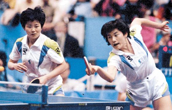 1991년 세계탁구선수권대회에 출전한 남북한 단일팀 현정화(오른쪽)와 북한 이분희. [중앙포토]