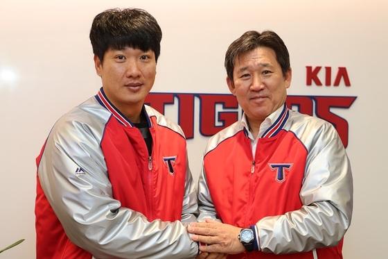KIA와 FA 계약을 체결한 김주찬과 조계현 KIA 단장. [사진 KIA 타이거즈]