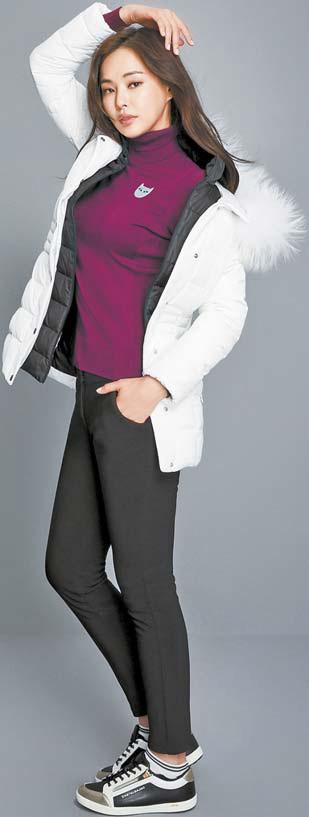 까스텔바작의 보라색 터틀넥 스웨터와 화이트 패딩, 검은색 팬츠로 캐주얼한 룩을 완성한 배우 이하늬.