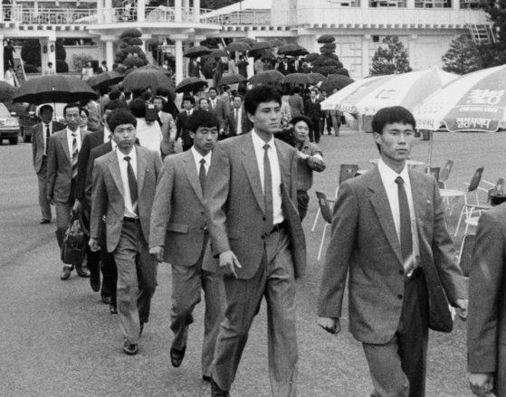 지난 1991년 남북 청소년축구 단일팀 구성을 위한 서울 평가전에 참가할 북한 선수단 70여명이 판문점을 통과하고 있다. [중앙포토]