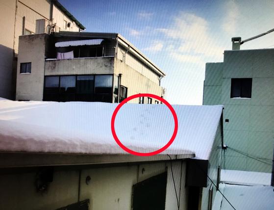 도둑이 지붕위에 남긴 발자국(붉은원). [광주 동부경찰서 제공=연합뉴스]