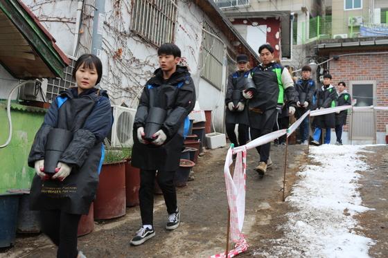 세종나눔봉사단 학생들이 연탄을 나르고 있다.