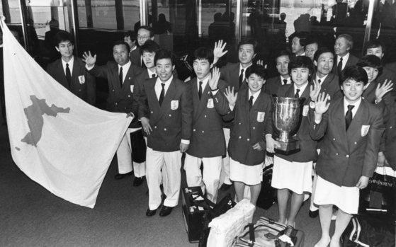지난 1991년 남북단일팀을 결성해 세계탁구선수권대회 여자 단체전 우승을 차지했던 코리아팀. 아래 오른쪽에서 둘째가 현정화 감독. [중앙포토]