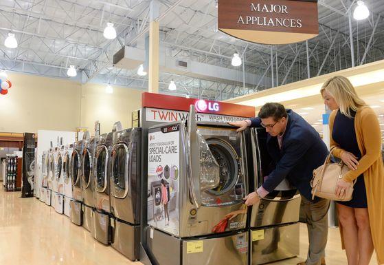 미국 서부지역 최대의 전자제품 전문 유통업체 프라이스에 전시된 LG 세탁기 [LG전자 제공]