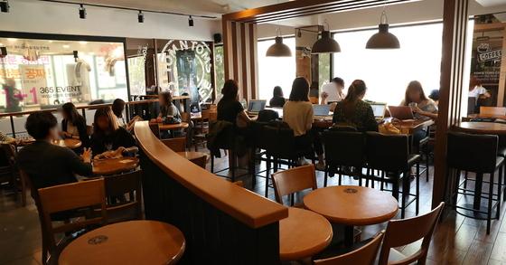 '카페에서 공부하는 사람들'의 줄임말인 일명 '카공족'이라 불리는 학생들이 서울대 입구역 앞 카페에서 스터디 모임을 가지고 공부를 하고 있다. [우상조 기자]