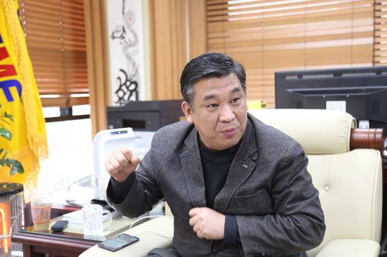 """최승재 소상공인연합회장은 PC방을 운영하기도 했던 소상공인 출신이다. 그간 정부 정책에 대한 비판 발언 때문에 청와대 초청 만찬에 제외됐다는 소식에 회장직 사퇴까지 고려했다고 한다. 그는 '정부는 자영업자가 넘쳐날 수밖에 없는 한국 사회의 근본 원인을 생각해야 한다""""고 밝혔다. [사진 소상공인연합회]"""