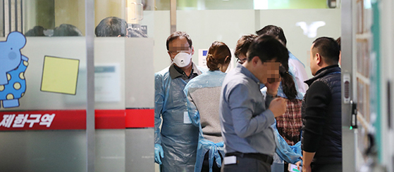 서울 경찰청 광역수사대원들이 지난 19일 이대목동병원 신생아 중환자실을 압수수색하고 있다. [연합뉴스]