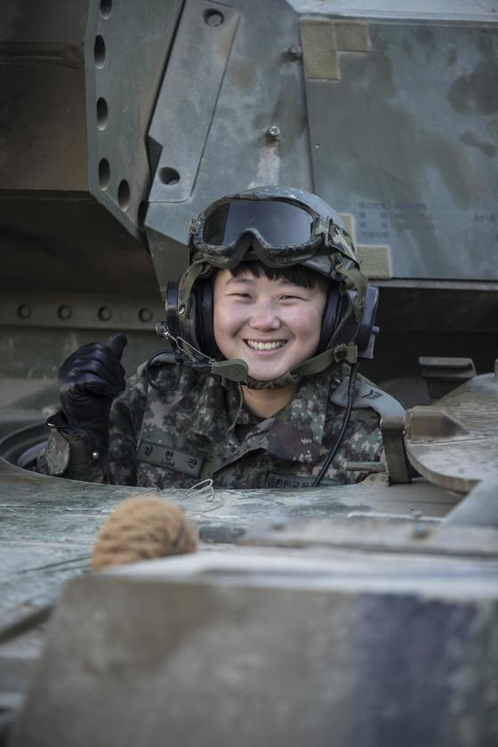 전 군 최초의, 유일한 여성 전차 조종수인 수기사의 임현진 하사. [사진 육군]