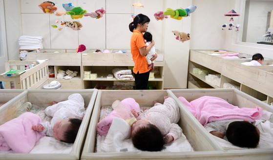 【서울=뉴시스】추상철 기자 = 제12회 입양의 날인 11일 오후 서울 서대문구 동방사회복지회가 운영하는 동방영아일시보호소에서 아기들이 국내외 입양을 기다리고 있다. 동방영아일시보호소는 갓 태어난 30여 명의 아기를 돌보고 있으며 2~4개월이 지난 후에도 입양을 가지 못한 아기는 위탁가정에 보내져 입양이 될때까지 보살핌을 받는다. 2017.05.11. scchoo@newsis.com