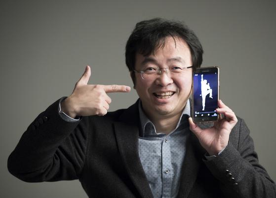 윤시중 '하땅세' 대표. 연극 '거인 이야기'에 활용할 스마트폰 영상을 들고 있다. [권혁재 사진전문기자]