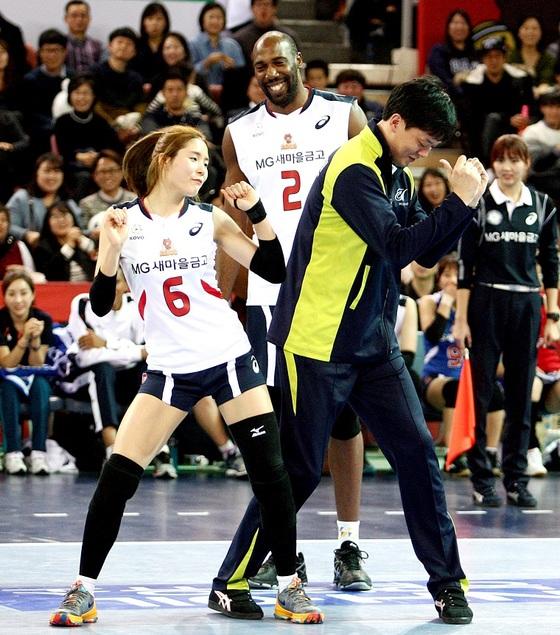 2015-16 프로배구 올스타전에서 시몬(가운데), 이영택 코치(오른쪽)과 함께 화려한 댄스를 선보인 이다영.