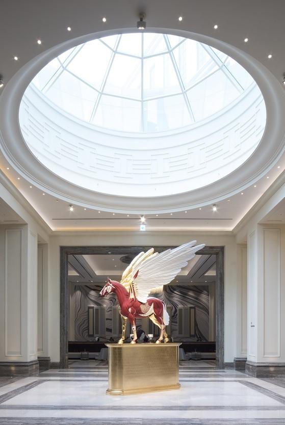 파라다이스시티 호텔에 설치된 데미안 허스트의 '골든 레전드'.