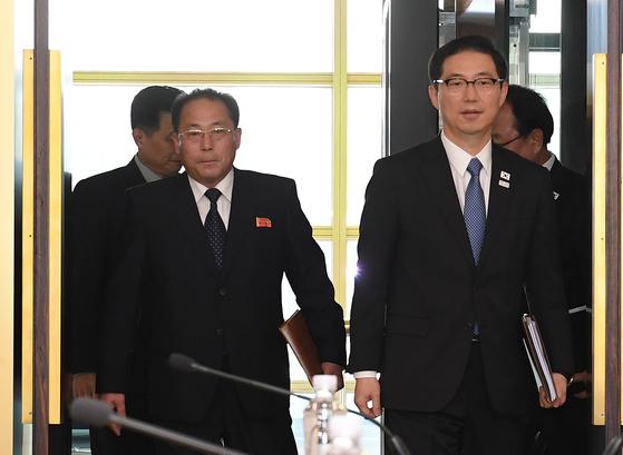 17일 실무회담을 위해 동시에 입장하는 남북 수석대표들. 오른쪽이 천해성 통일부 차관, 왼쪽은 북한의 전종수 조국평화통일위원회 부위원장이다. [사진 통일부]
