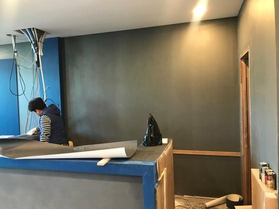 시공할 벽면은 깨끗하게 정리해야 나중에 벽돌이 떨어지지 않습니다. [사진 박영진]