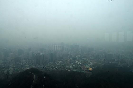 미세먼지 농도가 '나쁨' 수준을 보인 16일 서울타워 전망대에서 바라본 서울 강북지역 일대가 미세먼지로 뒤덮여 있다. 김상선 기자