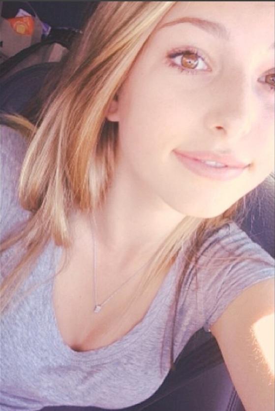 고 스티브 잡스의 막내 딸인 이브 잡스는 자신의 인스타그램에 적극적으로 사생활이 담긴 사진을 올리고 있다.
